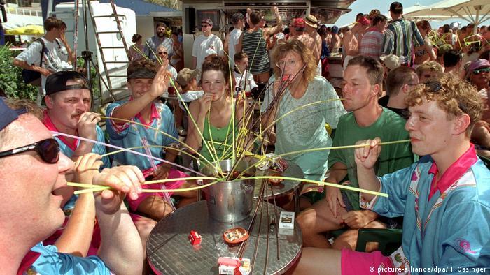 Eimersaufen mit Strohhalmen, El Arenal, Malalorca, Spanien (picture-alliance/dpa/H. Ossinger)