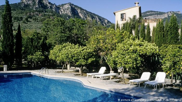 Finca Ca'n Coll with pool, Soller, Mallorca, Spain (picture-alliance/imageBROKER/K.-F. Schöfmann)