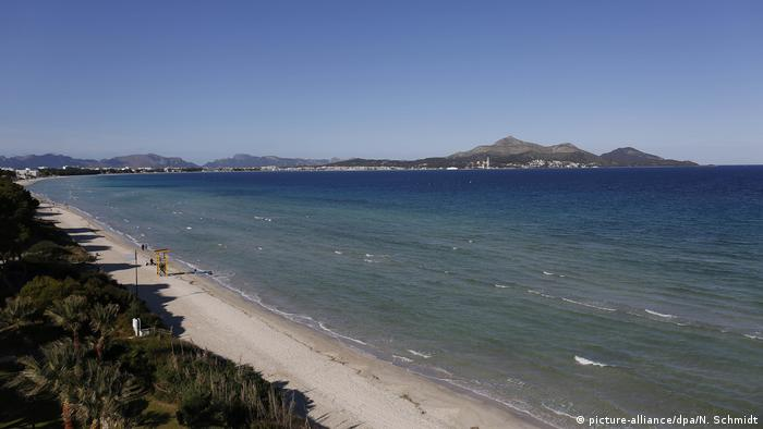 Menschenleerer, kilometerlanger Sandstrand, Bucht von Alcudia, Mallorca, Spanien (picture-alliance/dpa/N. Schmidt)