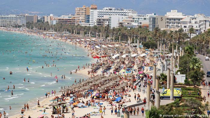 Touristenmassen liegen dichtgedrängt am Strand, El Arenal, Mallorca, Spanien (picture-alliance/dpa/C. Margais)