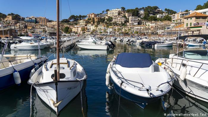 Spanien BG Warum die Deutschen Mallorca so lieben | Küstenort Port de Sóller (picture-alliance/dpa/J. Tack)