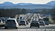 Bundesrat Abstimmung zum Tempolimit. Dichter Verkehr auf der Autobahn A8 in Richtung Sueden Autobahn A8 bei Holzkirchen Strassenverkehr,Autos,Autobahn, | Verwendung weltweit