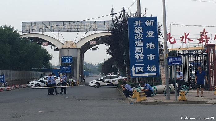 La policía custodia los accesos al mercado mayorista de Xinfadi, donde se originó el rebrote (13.06.2020)