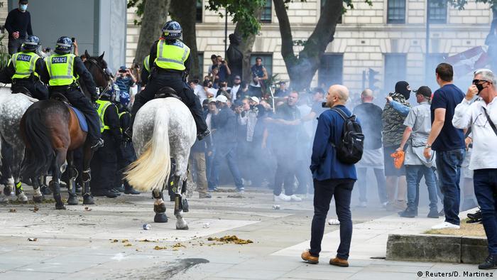 Кінна поліція відтісняє прибічників крайньоправих поглядів у Лондоні
