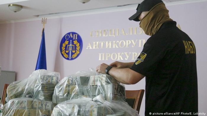 Грошові кошти, які, як стверджують НАБУ та САП, пропонували керівництву органів в якості хабаря