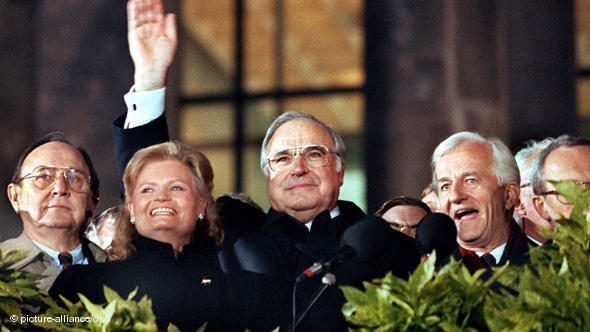 Na proslavi ujedinjenja Njemačke u Berlinu 3. listopada 1990. okupljenim masama mašu ministar vanjskih poslova Hans-Dietrich Genscher, Hannelore Kohl, Helmut Kohl (CDU) i njemački predsjednik Richard von Weizsäcker