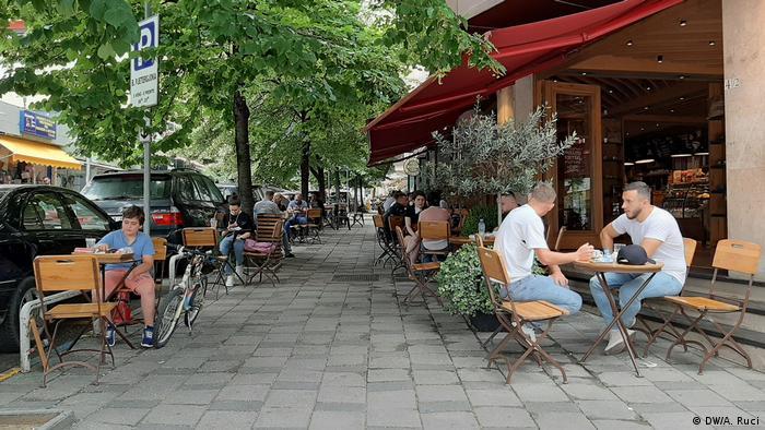 Albanien Tirana   Coronavirus   Cafés ohne Abstand (DW/A. Ruci)