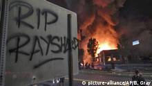 13.06.2020, USA, Atlanta: «RIP Rayshard» steht auf einem Schild, während im Hintergrund ein Wendy's-Restaurant brennt. Ein 27-jähriger Afroamerikaner wurde am Freitagabend während eines Kampfes von der Polizei erschossen. Die Behörden untersuchen derzeit den Fall. Foto: Ben Gray/Atlanta Journal-Constitution/AP/dpa +++ dpa-Bildfunk +++ |
