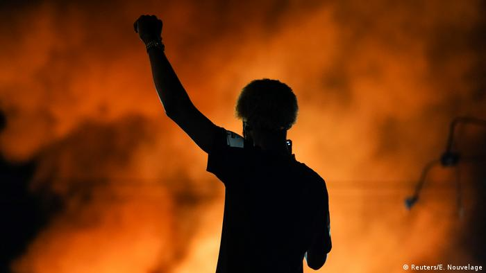Разгневена тълпа опожари ресторанта Уендис в Атланта, където полицай застреля 27-годишен чернокож