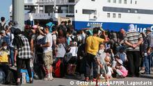 Griechenland Flüchtlinge auf Lesbos warten auf die Überfahrt zum Festland