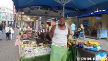 Obsthändler Sven Liebe vor seinem Stand in der Kölner Innenstadt Aufnahmeort: Hohe Straße, Köln Aufnahmedatum: 13.6.2020 Mirjam Benecke