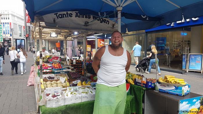 Sven Liebe en su puesto de verduras y frutas.