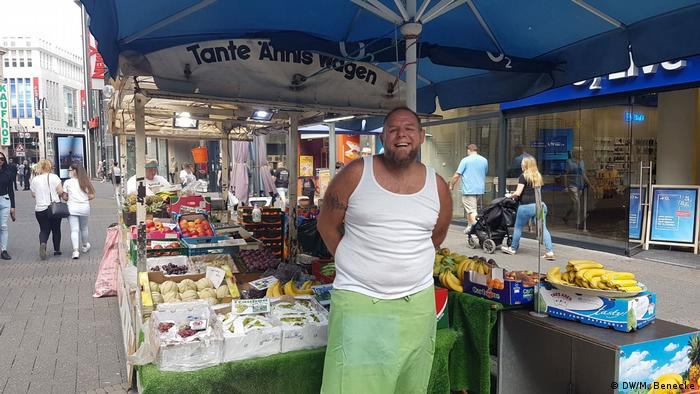 Sven Liebe in front of his fruit stand