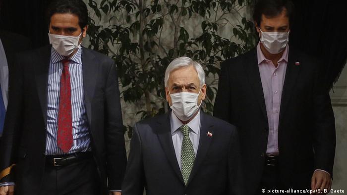 El ministro de Hacienda de Chile, Ignacio Briones (izq.), junto al presidente Sebastián Piñera y el titular de Economía, Lucas Palacios.
