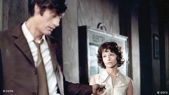 Paar im Gang beim Gespräch - Szene aus Die Legende von Paul und Paula (defa-spektrum GmbH)