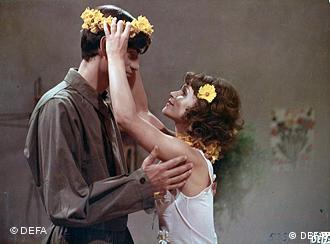 Paar hängt sich Kränze ins Haar - Szene aus Die Legende von Paul und Paula (DEFA/Progress Film-Verleih/ Manfred Damm)