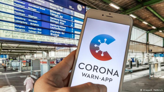 Приложение Corona-Warn-App на экране смартфона