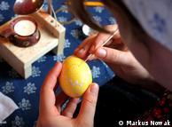 Тем ли красят яйца?