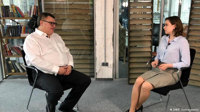 Viktor Babariko in an interview with DW correspondent Alexandra Boguslawskaja: Minsk, June 13, 2020. (DW/E. Komarowskij)