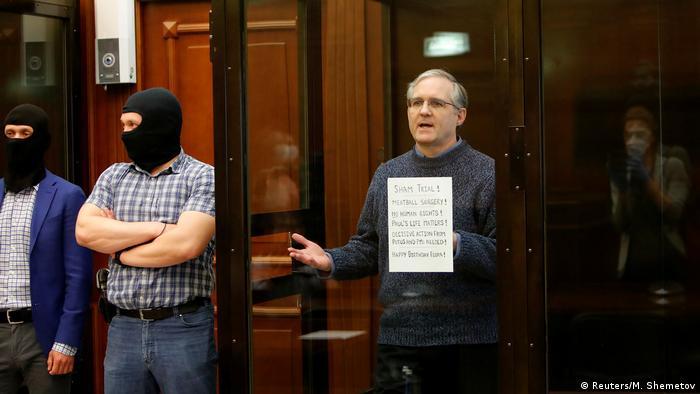Американец Пол Уилан в клетке для подсудимых во время суда в Москве