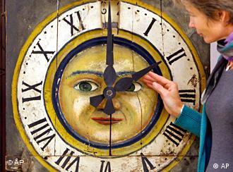 Часы в форме солнца