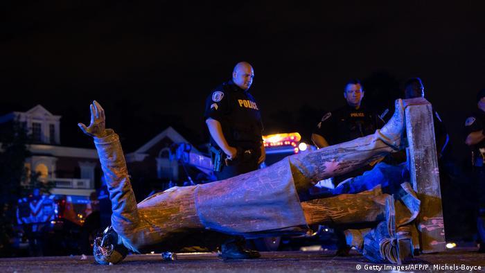 Umgestürzte Statue mit zerstörtem Kopf