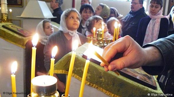 Kerzenanzünden in der Maria-Obhut-Kirche. Foto: Olga Kapustina