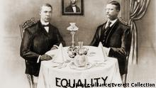 Booker T. Washington dines with President Roosevelt, October 17th, 1901. Commemorative print celebrating the event, one of several meetings between the educator and progressive president. | Keine Weitergabe an Wiederverkäufer.
