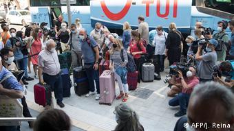 Reporter-Pulk rund um die Touristen am Hotel Riu Concordia, Mallorca, Spanien(AFP/J. Reina)