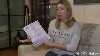 Анна Клочкова со свидетельством о смерти ее матери