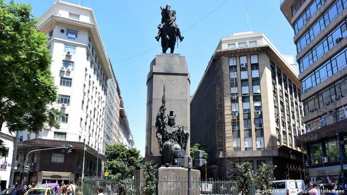 Argentinien Statue Julio Argentino Roca in Buenos Aires (picture-alliance/dpa/H. Hollemann)