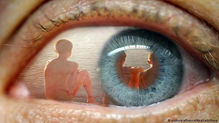 Отражение детей в зрачке глаза