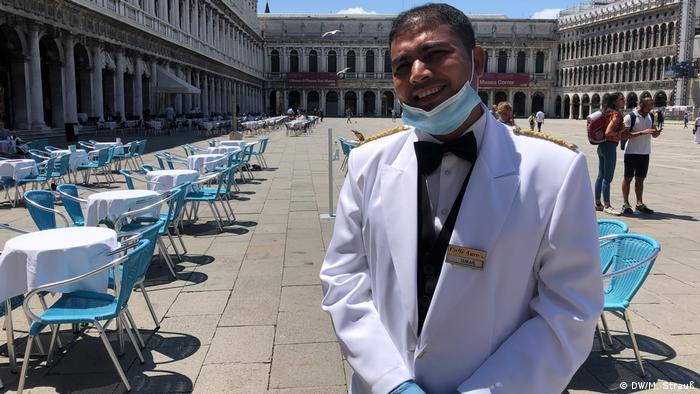 Hossein Ismail, the manager of cafe Aurora in Venice, stands on the Piazza San Marco (DW/M. Strauß)