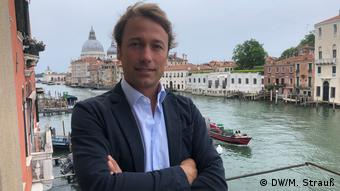 Nicolo Bortolato, owner of the Palazzetto Pisani boutique hotel, stands in front of the Grand Canal (DW/M. Strauß)
