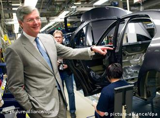 Spykers CEO views production at Saab's factory in Trolhattan