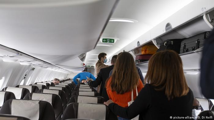 Symbolbild I Corona I Boarding im Flugzeug