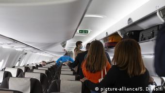 В салоне самолета во время посадки пассажиров