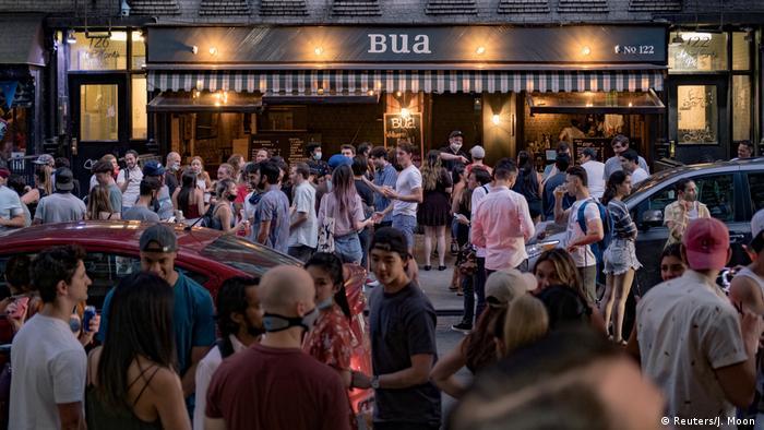 Strassenszene währed der Corona-Zeit auf einer Party-Meile in new York (Reuters/J. Moon )