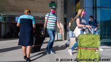 PALMA DE MALLORCA, SPAIN - JUNE 15 2020 : TUI Holiday Rep welcomes tourists at the Palma Airport at - First German Tourists arrive in Palma de Mallorca on June 15, 2020 in Palma de Mallorca, NEWS. | Verwendung weltweit