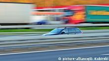 Symbolbild Autobahnverkehr. Mitzieher eines Skoda Octavia auf der Überholspur am Rasthof Hardtwald an der Autobahn 5. | Verwendung weltweit
