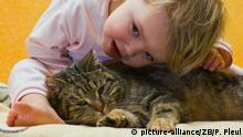 Die zweijährige kleine Amy aus dem brandenburgischen Sieversdorf (Oder-Spree) ist krank, aufgenommen am 24.01.2009. Sie schmust mit ihrer Katze Berta. Foto: Patrick Pleul +++(c) dpa - Report+++ | Verwendung weltweit