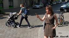 DW-Reporterin Kate Brady unterwegs mit der Corona-Warn-App in Berlin