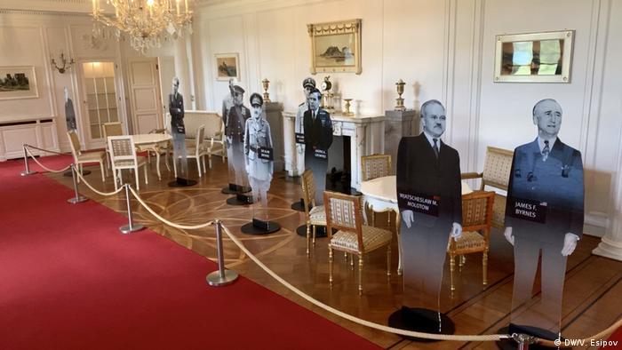 Jedna z sal w pałacu Cecilienhof jest zaludniona historycznymi postaciami (DW/V. Esipov)