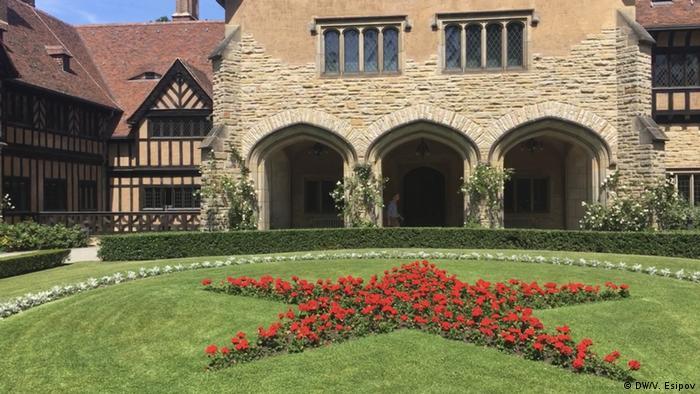 Червона зірка із квітів у внутрішньому подвір'ї замку Цецилієнгоф