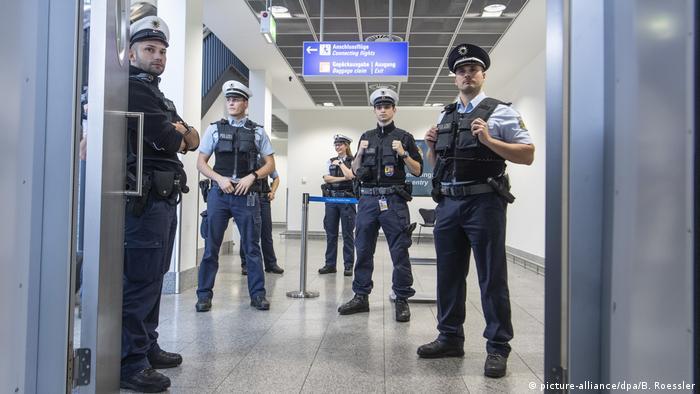 Полиция в аэропорту Франкфурта-на-Майне (фото из архива)