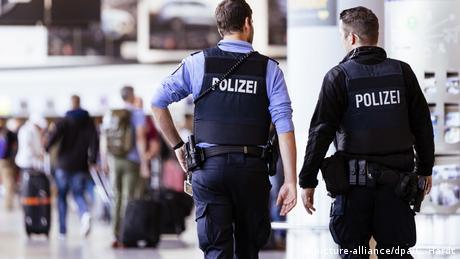 Deutschland Frankfurt   Flughafenpolizei   Flughafen Frankfurt (picture-alliance/dpa/C. Hardt)