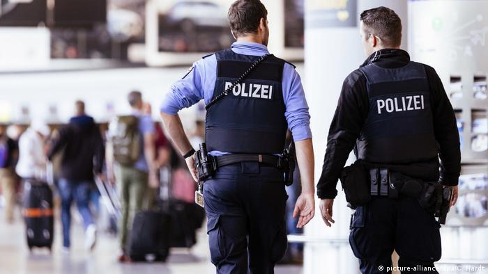 Полицейские в аэропорту Франкфурта-на-Майне
