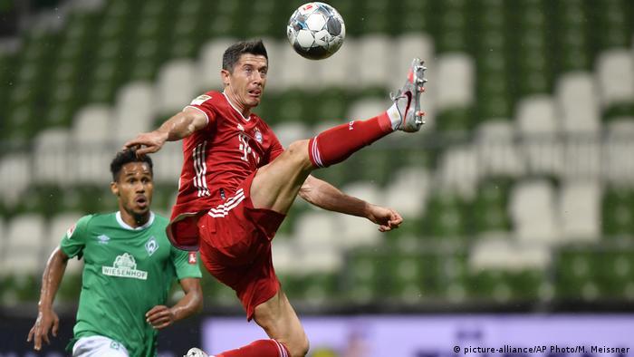 Robert Lewandowski fez o único golo da partida, aos 43 minutos, que garantiu ao Bayern o octacampeonato