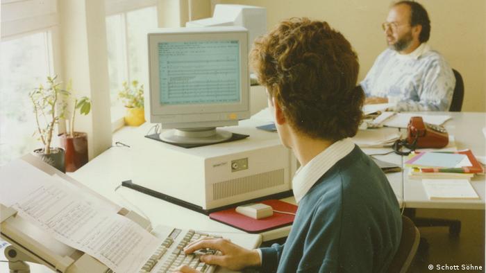 Menschen tippen Noten in Computer (Schott Söhne)