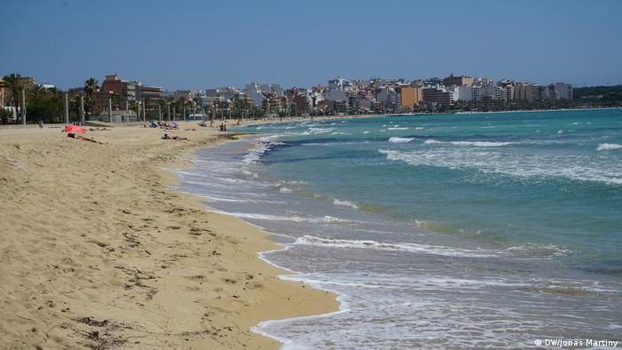 Noch herrscht Ruhe an den Stränden von Mallorca: Menschenleere Playa de Palma